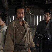 Koji Yakusho tra Nanami Sakuraba e Koichi Sato nel film The Last Chushingura