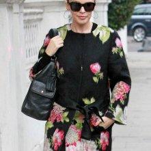 Kylie Minogue durante una passeggiata