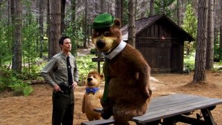 Ranger Smith (Tom Cavanagh) con Bubu e Yoghi nel film Yogi Bear 3D