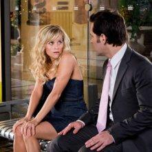 Reese Witherspoon e Paul Rudd in una scena della commedia Come lo sai