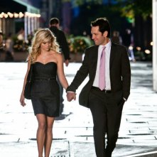 Reese Witherspoon e Paul Rudd in una scena romantica della commedia Come lo sai
