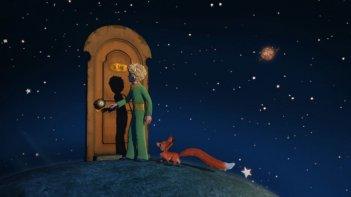 Una porta verso un mondo sconosciuto in una scena della serie Il Piccolo Principe