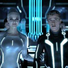Beau Garrett e Garrett Hedlund in un'immagine fantascientifica di Tron Legacy