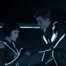 Garrett Hedlund con Olivia Wilde in un'immagine di Tron Legacy