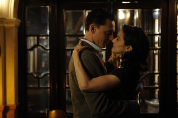 Rachel Weisz e Tom Hiddleston in una romantica scena di The Deep Blue Sea