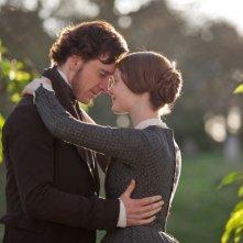 Un tenero abbraccio tra Mia Wasikowska e Michael Fassbender in Jane Eyre