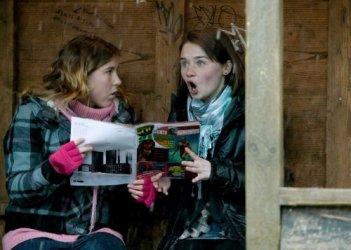 Charlotte Christie e Jessica Barden in una scena del film Tamara Drewe