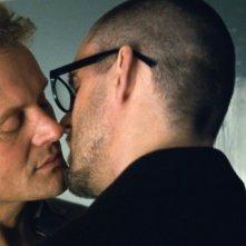 Devid Striesow in una scena del film Drei con Sebastian Schipper