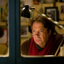 Roger Allam in una scena del film Tamara Drewe