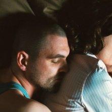 Sebastian Schipper e Sophie Rois in una scena romantica del film Drei