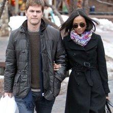 Zoe Saldana e il suo fidanzato Keith Britton durante una passeggiata pomeridiana in Aspen