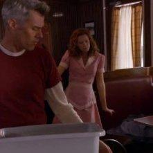 Dana Ashbrook e Robyn Lively in una scena dell'episodio Dual Spires di Pych, omaggio a Twin Peaks