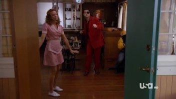 Robyn Lively in un momento dell'episodio Dual Spires di Pych, omaggio a Twin Peaks