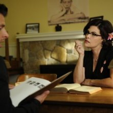 Sherilyn Fenn e James Roday nell'episodio Dual Spires di Pych, omaggio a Twin Peaks