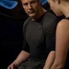 Varro (Mike Dopud) conversa con T.J. (Alaina Kalanj) in Resurgence di Stargate Universe