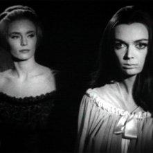 Barbara Steele con Margarete Robsahm in una scena del film Danza Macabra