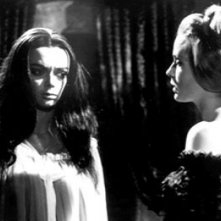 Barbara Steele con Margarete Robsahm in una sequenza del film Danza Macabra (1964)