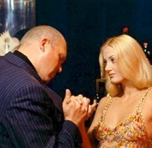 Gastone Moschin e Barbara Bouchet in una scena di Milano calibro 9