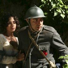Ambra Angiolini e Neri Marcorè in un momento della miniserie Eroi per caso