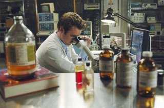 Bret Harrison nell'episodio Red Rain, premiere della stagione 2 di V