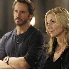Elizabeth Mitchell e Charles Mesure nell'episodio Laid Bare di V
