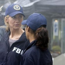 Elizabeth Mitchell e Rekha Sharma nell'episodio Serpent's Tooth di V