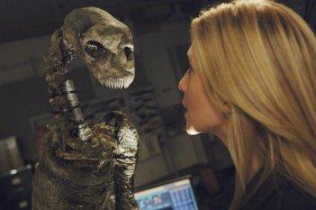 Elizabeth Mitchell in un momento dell'episodio Red Rain, premiere della stagione 2 di V