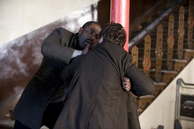 Idris Elba e Paul McGann in una scena del finale della stagione 1 di Luther