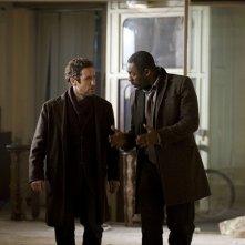 Idris Elba e Paul McGann nel finale della stagione 1 di Luther