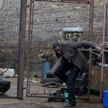Idris Elba in una scena del finale della stagione 1 di Luther