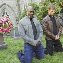 Morris Chestnut e Joel Gretsch nell'episodio Red Rain, premiere della stagione 2 di V