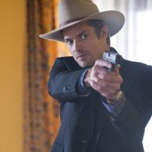 Timothy Olyphant in una scena dell'episodio Fixer di Justified