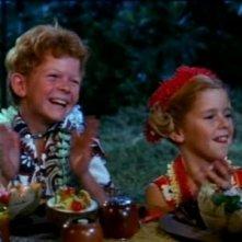 Johnny Whitaker e Anissa Jones in una scena della serie Tre nipoti e un maggiordomo