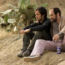 Gael García Bernal con Karra Elejalde nel film Even the Rain