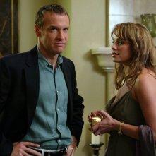 Jimmy (Tate Donovan) e Julie (Melinda Clarke) in una scena dell'episodio La fidanzata di The O.C.