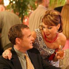 Julie (Melinda Clarke) accanto a Jimmy (Tate Donovan) nell'episodio Una casa sicura di The O.C.