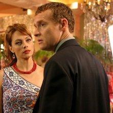Julie (Melinda Clarke) parla a Jimmy (Tate Donovan) nell'episodio Una casa sicura di The O.C.