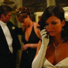 Rachel Bilson al telefono con alle spalle Chris Carmack e Melinda Clarke nell'episodio Il ballo di The O.C.