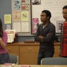Alison Brie, Danny Pudi e Donald Glover nell'episodio Cooperative Calligraphy di Community
