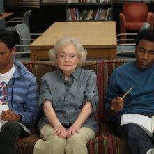 Betty White, Danny Pudi e Donald Glover nell'episodio Anthropology 101 di Community