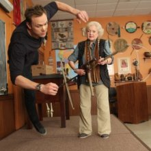 Betty White e Joel McHale nell'episodio Anthropology 101 di Community