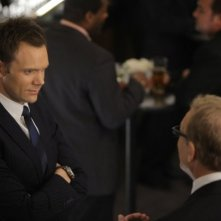 Drew Carey e Joel McHale in una scena dell'episodio The Psychology of Letting Go di Community
