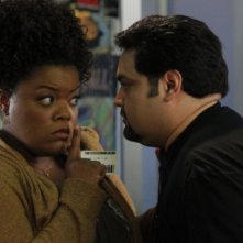 Yvette Nicole Brown e Joe Nunez nell'episodio Mixology Certification di Community