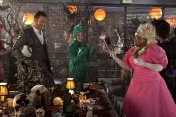 Yvette Nicole Brown, Joel McHale e Gillian Jacobs nell'episodio Epidemiology di Community