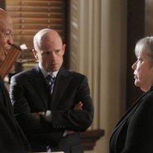 John Beasley, Paul McCrane e Kathy Bates nel pilot della serie Harry's Law