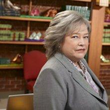 Kathy Bates è Harrriet Korn in una foto promozionale della serie Harry's Law