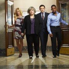 Nathan Corddry, Brittany Snow, Aml Ameen e Kathy Bates in una foto promozionale della serie Harry's Law