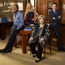 Nathan Corddry, Brittany Snow, Aml Ameen e Kathy Bates in una immagine promozionale della serie Harry's Law