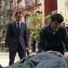 Nathan Corddry e Kathy Bates in una scena del pilot della serie Harry's Law
