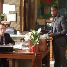 Nathan Corddry ed Aml Ameen in una scena del pilot della serie Harry's Law
